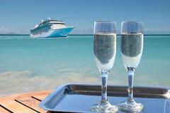 Champagne och kryssningskepp royaltyfria foton