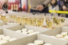 Champagne och pajer royaltyfria bilder
