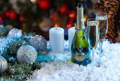 Champagne och stearinljus på festlig snöig yttersida Royaltyfri Fotografi