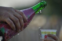 Champagne om een verjaardag te vieren De drank goot in de kop royalty-vrije stock fotografie