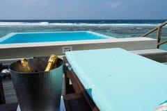 Champagne op ijs, op een water-bungalow terras in de Maldiven, Luxur stock afbeeldingen