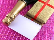 Champagne ou bouteille de vin, papier blanc et boîte d'or, nouvelle année ou carte de Noël Photographie stock