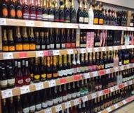 Champagne ou vinho espumante em uma loja Imagens de Stock