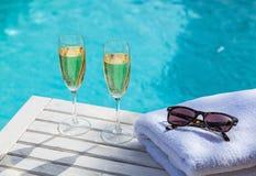 Champagne på pölen royaltyfria bilder