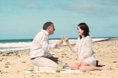 Champagne på stranden arkivfoton