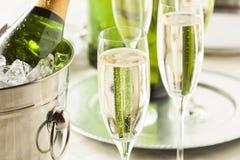 Champagne pétillante alcoolique pendant de nouvelles années photographie stock libre de droits