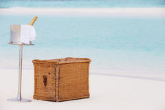 Champagne Picnic On Tropical Beach luxuoso Imagem de Stock