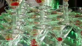 Champagne-piramide voor partijen met kersen Toebehoren voor alcohol Feestelijke lijst die voor het grote Banket plaatsen 4K stock footage