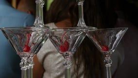 Champagne-piramide voor partijen met kersen Toebehoren voor alcohol Feestelijke lijst die voor het grote Banket plaatsen 4K stock videobeelden