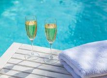 Champagne am Pool Stockfotos