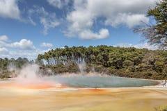 Champagne Pool in de Thermische Reserve van Waiotapu, Rotorua, Nieuw Zeeland Royalty-vrije Stock Afbeelding
