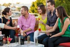 Champagne potable avec des amis Image stock