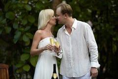 Champagne potable de beaux couples après cérémonie de mariage Photo stock