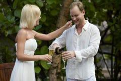 Champagne potable de beaux couples après cérémonie de mariage Images stock