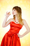 Champagne potable de belle femme Photographie stock libre de droits