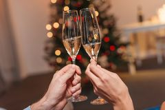 Champagne potable de couples à Noël Photo stock