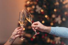 Champagne potable de couples à Noël Image stock