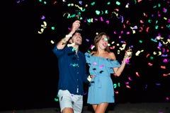 Champagne potable de couples et célébration la nuit photos stock