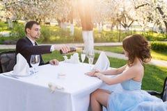 Champagne potable de couples extérieur Photographie stock