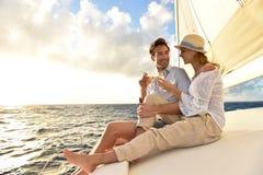 Champagne potable de couples romantiques sur le bateau à voile Photos libres de droits