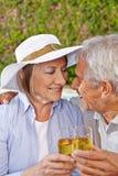 Champagne potable de deux personnes supérieures heureuses Photos stock