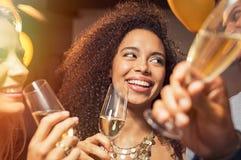 Champagne potable de femme heureuse à la partie Photo stock