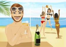 Champagne potable de jeune homme devant des filles jouant le volleyball de plage Photographie stock libre de droits