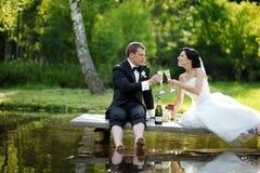 Champagne potable de jeunes mariés Image libre de droits