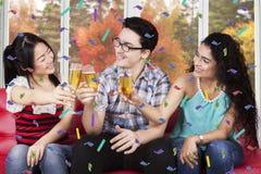 Champagne potable de personnes multiraciales Image stock