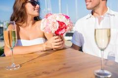Champagne potable de sourire de couples au café Images stock