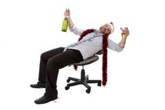 Champagne potable ivre d'homme d'affaires à la fête de Noël de bureau Photo libre de droits