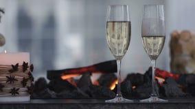 Champagne Pouring de la botella Dos flautas con el vino espumoso sobre fondo del centelleo de Bokeh del día de fiesta Pares de almacen de video
