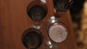 Champagne Pouring de la botella en cuatro vidrios almacen de metraje de vídeo
