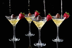Champagne Pouring Onto Chocolate Truffles met Aardbeien Stock Foto