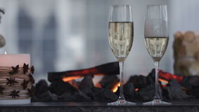 Champagne Pouring van de fles Twee Fluiten met Mousserende wijn over het Knipperen van Vakantiebokeh Achtergrond Paar van stock video