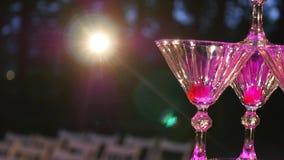 Champagne Pyramid O garçom derrama o champanhe nos vidros A pilha de vidros do champanhe Álcool bebendo festivo festa filme