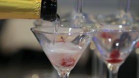 Champagne que derrama em dois vidros de uma garrafa Dois Champagne Glass On Defocused Fotos de Stock Royalty Free