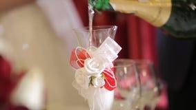 Champagne que derrama em dois vidros de uma garrafa Dois Champagne Glass On Defocused Garrafa imagem de stock