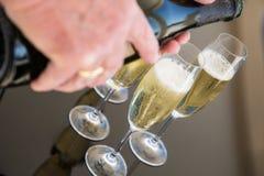 Champagne que está sendo derramado Fotos de Stock Royalty Free