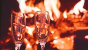 Champagne refroidissant d'ici le jour de valentines du feu banque de vidéos