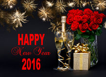 Champagne, regalo, fiori e fuochi d'artificio dorati Buon anno 20 Immagini Stock