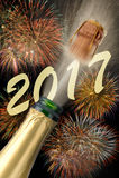 Champagne sautant à la veille de nouvelles années 2017 Image stock