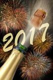 Champagne schioccante alla vigilia 2017 dei nuovi anni Immagine Stock