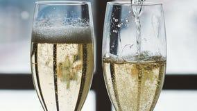 Champagne se renversant dans des glaces clips vidéos