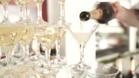 Champagne se renversant dans des verres sur un événement de fête clips vidéos