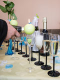 Champagne se renversant dans un verre Photographie stock