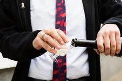 Champagne se renversant dans un verre sur une célébration de mariage Photo stock