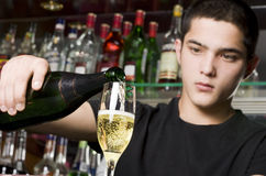 Champagne se renversant de barman Photographie stock