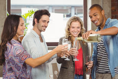 Champagne se renversant de sourire d'homme d'affaires en verre Photographie stock