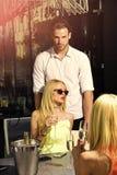Champagne sensuel de boissons de femmes en café extérieur Image stock